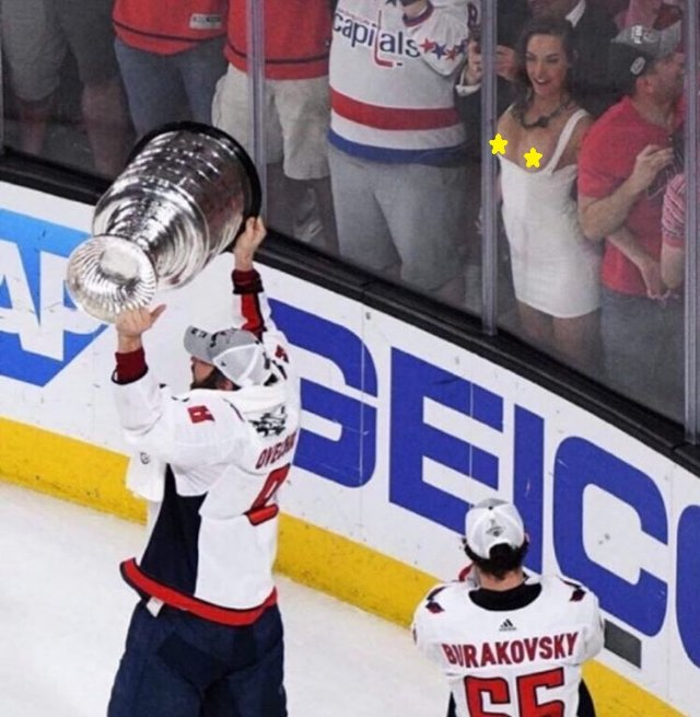 Болельщица показала грудь после победы «Вашингтона» в финале Кубка Стэнли