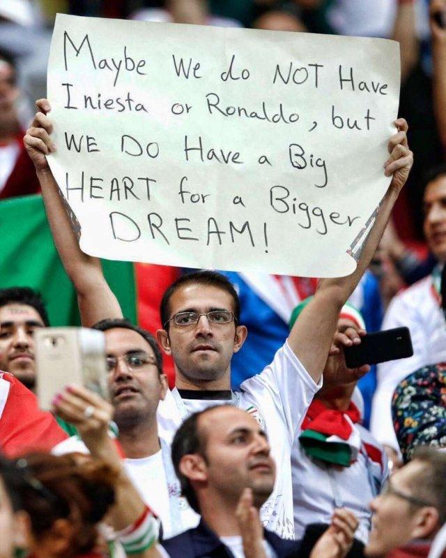Болельщик сборной Ирана пришел на матч против Испании с душераздирающим плакатом