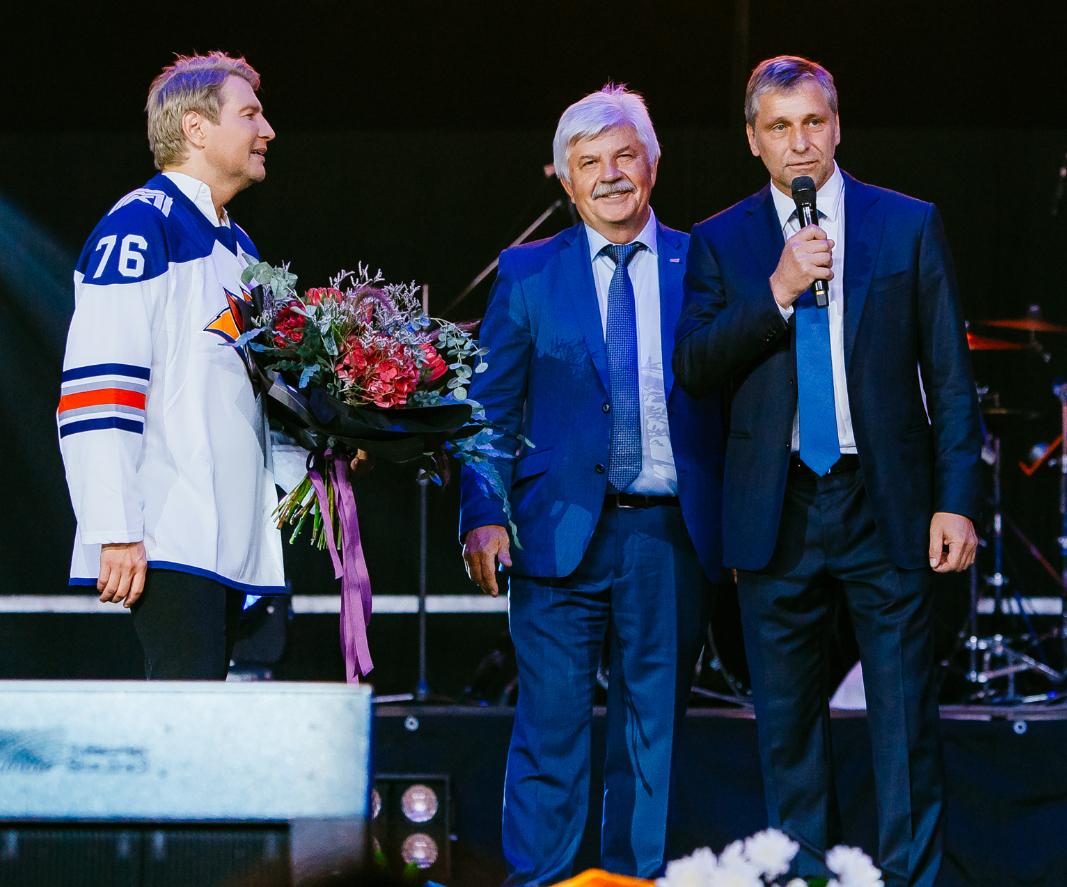 Николаю Баскову вручили свитер магнитогорского